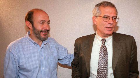 Imagen de Rubalcaba en 1998 tras la victoria de Josep Borrel en las primarias del PSOE