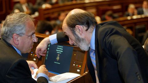 Rubalcaba charla en el 2006 con Alfonso Guerra durante el debate de la aprobación del nuevo Estatut de Cataluña