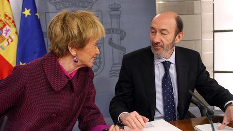 Rubalcaba como ministro del Interior en el 2010 junto a la vicepresidenta Teresa Fernández de la Vega