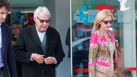 El expresidente del Gobierno Felipe González, acompañado de su esposa, Mar García Vaquero, saliendo esta tarde del hospital donde está ingresado Rubalcaba
