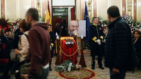 Ciudadanos presentan sus respetos al fallecido Alfredo Pérez Rubalcaba