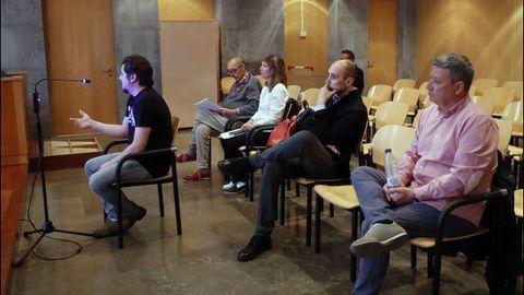La Audiencia Provincial de Oviedo continua hoy el juicio por las presuntas irregularidades contables en el Centro Niemeyer de Avilés. En la imagen, el exjefe de producción del complejo cultural,Marc Martí (2d); el exagente de viajes José María Vigil (d); el exdirector general de la Fundación Niemeyer, Natalio Grueso (4d); su exesposa, Judit Pereiro (3d); y uno e los testigos (i)