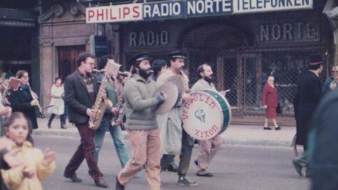 En los primeros años de la charanga, en una manifestación, en los años 80