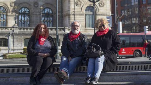 Bilbao.Bilbao fue la ciudad que vio nacer el movimiento de los pensionistas el año pasado y que después se fue expandiendo al resto del país, también a Galicia. Cada lunes, los pensionistas bilbaínos se concentran a las 12.00 delante del ayuntamiento bilbaíno, en la plaza Ernesto Erkoreka. En la imagen están tres de sus representantes: Andrea Uña, Víctor Etayo y Pilar Sanjosé. La industria apenas supone hoy un 4,6 % del VAB de la ciudad, que vive del sector servicios