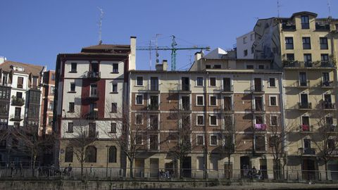 Bilbao.Las desigualdades sociales entre los barrios son uno de los retos de Bilbao, donde las rentas pueden oscilar de los 9.700 euros a los 33.500 en función del código postal. La capital vizcaína es la ciudad con el paro más elevado del País Vasco, de un 13,61 % frente al 7,92 % de Donostia y al 10,95 % de Vitoria