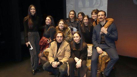 Estreno en Noia con el equipo de la serie, que se emite en Antena 3 y en la que Cuevas es un joven cantante.