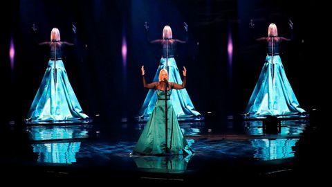 La representante de Macedonia del Norte interpretando «Proud»