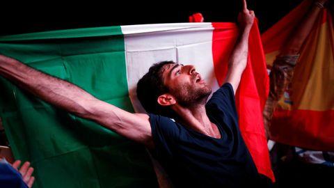 Un fan italiano durante la gran final del festival de Eurovisión