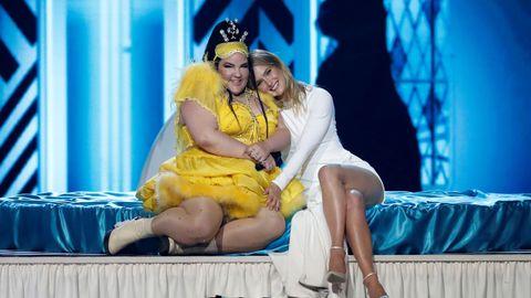 Netta y Bar Refaeli, en la gala de Eurovisión