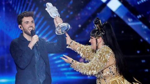 Duncan Laurence recibe el micrófono de cristal de manos de Netta Barzilai