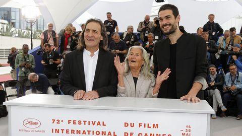 Laxe (derecha), con los actores de su filme, Amador Arias y Benedicta Sánchez