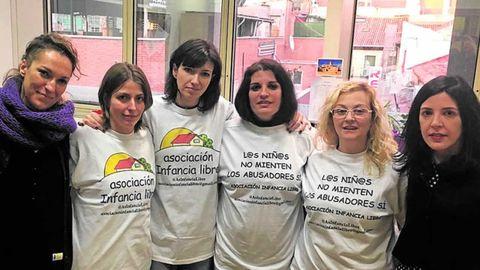 Bayo, segunda por la izquierda, con otras dos detenidas de la organización, González (tercera por la izquierda) y Sevilla (segunda por la derecha), en un acto con Podemos en el Senado