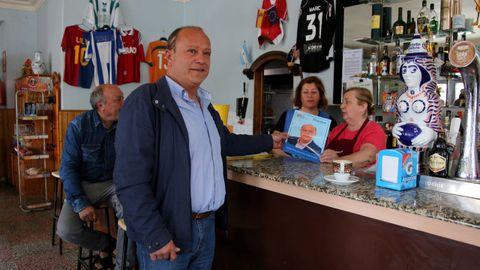 Carlos Vázquez, alcalde desde hace 16 años, hace campaña en un bar de Vilarmaior. César Delgado