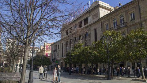 Gijon.La Legión Cóndor, la misma que bombardeó Guernica, se cebó con la ciudad asturiana durante la Guerra Civil. Tiró abajo buena parte de sus edificios más emblemáticos. Unos ataques de los que se libraron joyas como el Teatro Jovellanos, en el Paseo de Begoña. Se inauguró en 1899
