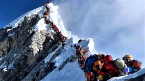 Imagen ofrecida por TVE de las colas en el ascenso al Everest