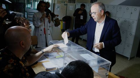 El candidato al a alcaldiá de Santiago por el PSOE, Xosé Sánchez Bugallo, votó en el IES Xelmírez