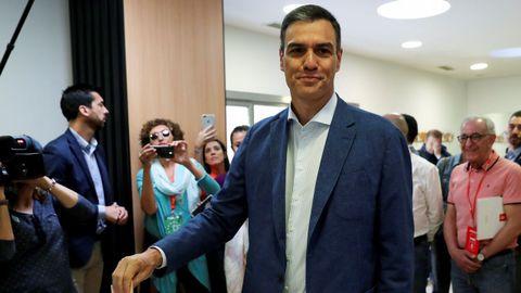Pedro Sánchez ha votado en el Centro Cultural Volturno de Pozuelo de Alarcón (Madrid) junto a su mujer