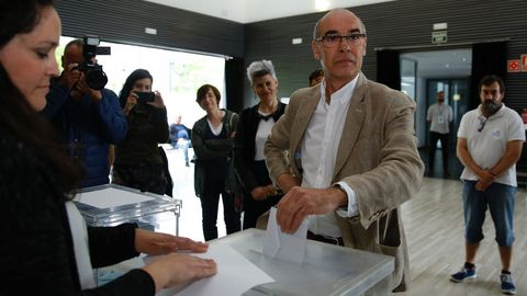Francisco Jorquera, candidato BNG Coruña, votando en el Castrillón