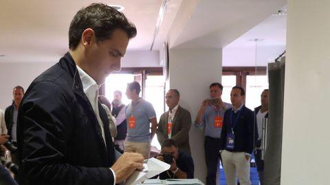 Albert Rivera, lider de Ciudadanos, vota en Pozuelo de Alarcón, en el mismo colegio que Pedro Sánchez