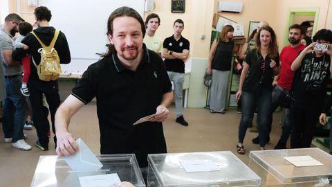 El líder de Podemos, Pablo Iglesias, vota en el colegio público de La Navata, en Galapagar