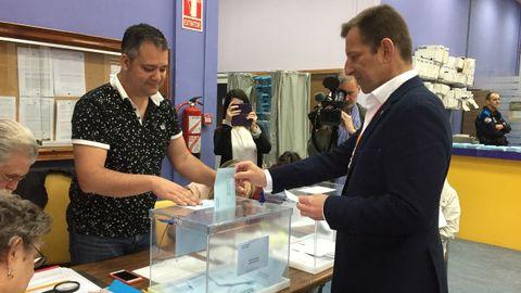 El candidato de Ciudadanos a la alcaldía de Ferrol, Alejandro Langtry, votó en el Concello