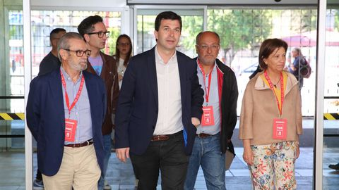 El líder del PSdG. Gonzalo Caballero, votó en Vigo