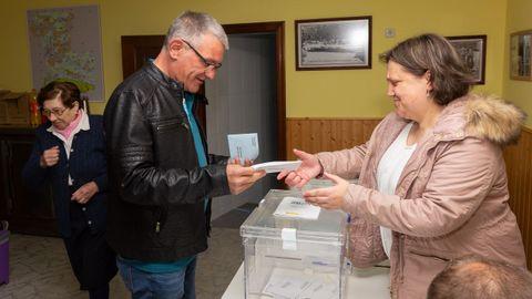 Secundino García, candidato del BNG de San Sadurniño, depositó su voto en el colegio electoral de Igrexafeita