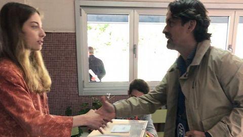Valentín Calvín, candidato del PP a la alcaldía de Ortigueira, en el momento en que acudió a votar