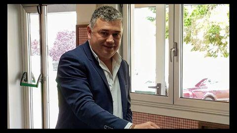 El alcalde de Ortigueira y candidato del PSOE, Juan Penabad Muras, votando