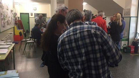 Afluencia de votantes en el colegio de Ponzos durante la mañana