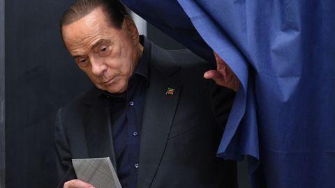 Berlusconi votando en un colegio en Milán