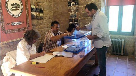 ELECCIONES 26M EN CERDEDO-COTOBADE: VOTACIÓN DEL CANDIDATO A LA ALCALDÍA POR EL PP, JORGE CUBELA