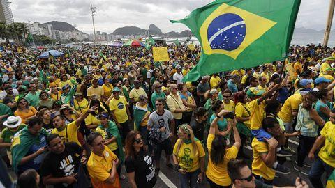 Simpatizantes del presidente Jair Bolsonaro se manifiestan en la Orla de Copacabana