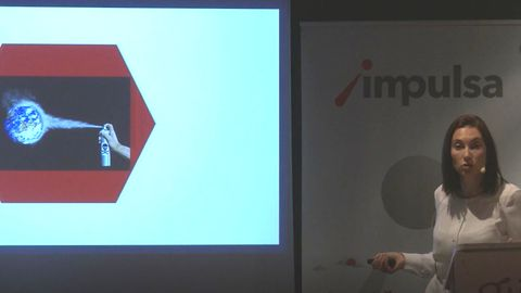Meritxell Barroso durante su charla con la representación de economía lineal y circular en la image