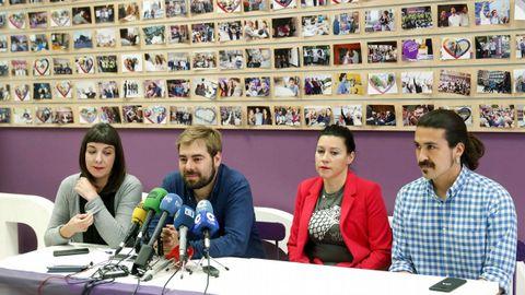 El secretario general de Podemos Asturies, Daniel Ripa (2i), y la portavoz del partido, Nuria Rodríguez (2d), ofrecieron hoy una rueda de prensa sobre los resultados electorales