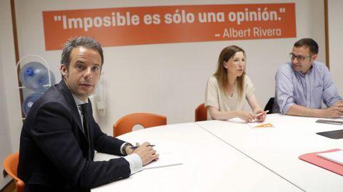 El concejal electo de Ciudadanos en el Ayuntamiento de Oviedo, Ignacio Cuesta (i), al inicio de la reunión del futuro grupo municipal de Ciudadanos