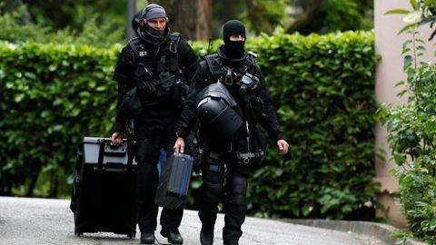 Agentes de la investigación del atentado durante el registro en la casa del autor confeso