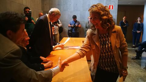 Teresa Mallada recogiendo el acta de diputada