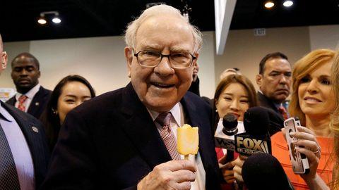 Warren Buffet disfruta de un helado antes de la convención anual de Berkshire Hathaway en Omaha