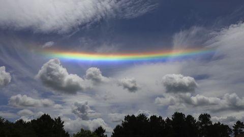 Arco iris horizontal entre nubes visto desde Teo