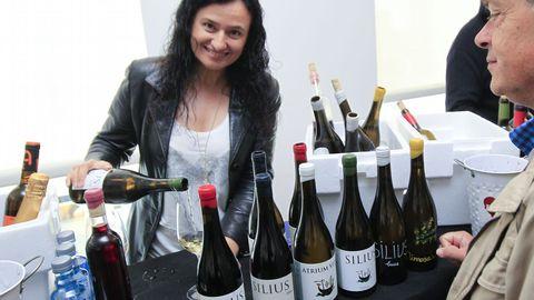 Túnel del vino en Fevino, en la imagen Ana Gadín, propietaria de Atrium Vitis
