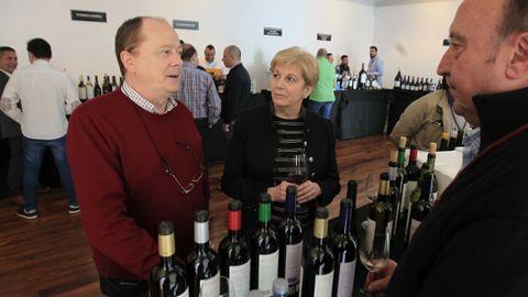 Túnel del vino en Fevino, en la imagen los responsables de Casa Amador