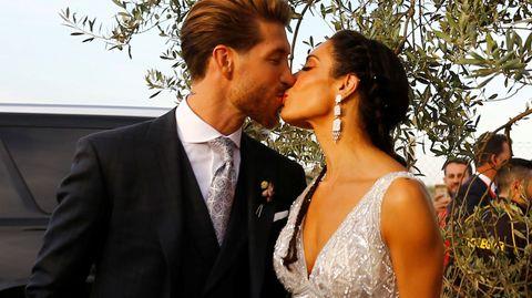 Pilar Rubio y Sergio Ramos protagonizan un romántico beso tras darse el «sí quiero»