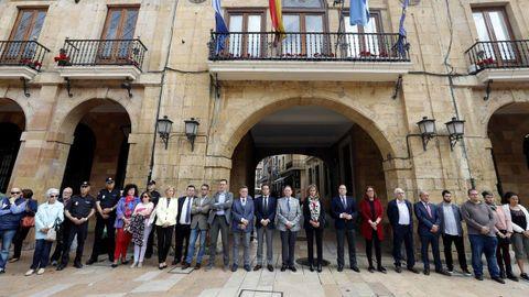 La corporación municipal de Oviedo guardó un minuto de silencio en recuerdo de David Carragal