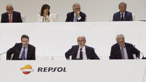 Antonio Brufau, en el centro en la fila de abajo, durante una junta de accionistas de Repsol