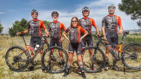 El equipo «El motor de tus pasos», con Sergio Pazos, posa con Olivia antes de comenzar la ruta