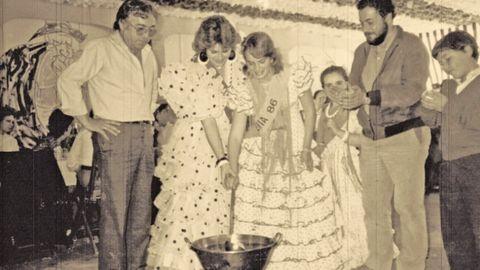 Los socios del Lar Gallego haciendo una queimada en la caseta de la feria de abril en 1986
