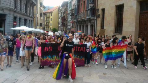 El colectivo LGTBi accede a la plaza del Ayuntamiento de Oviedo durante la marcha reivindicativa del orgullo crítico
