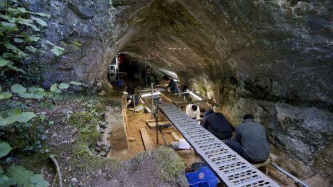 Un aspecto de las excavaciones realizadas en Cova Eirós en la campaña arqueológica del 2018