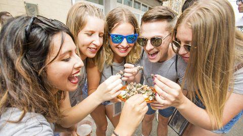 Festa do Percebe, en Corme.El bufé al aire libre ya ha abierto sus puertas. Percebes, pulpo, albariño, almejas... personaliza tu menú y no te pierdas las mil y una fiestas gastronómicas que hay hasta septiembre